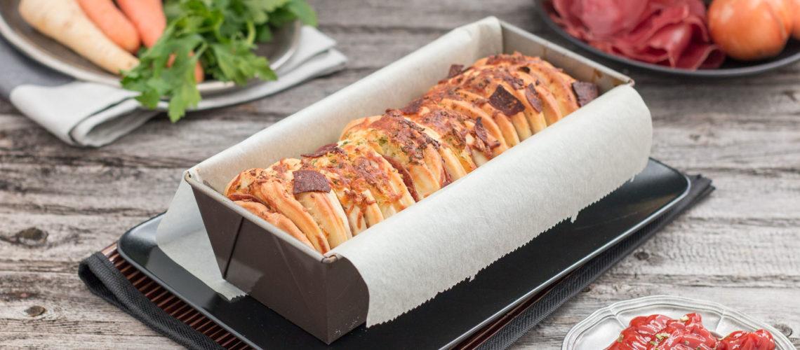 domaći trgajući kruh sa sirom i salamama