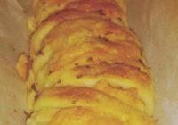 trgajući kruh sa sirom