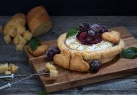 Jelo za Valentinovo Camembert sir u prhkom tijestu s umakom od brusnica i jabuke