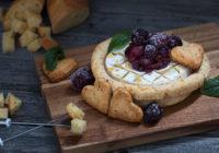 Recept za Valentinovo Camembert sir u prhkom tijestu s umakom od brusnica i jabuke
