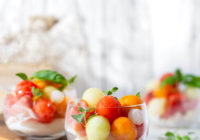 Ljetna hladna salata s dinjama, lubenicom, pršutom i mozzarellom