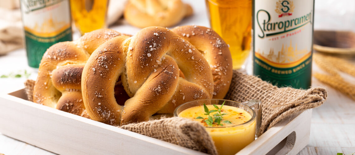 domaći slani pereci s umakom od sira i piva
